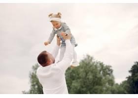 父亲带着女儿在避暑公园玩耍_5252675