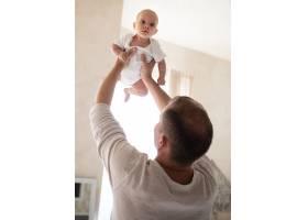 父亲在室内和婴儿玩耍_6008166