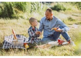 父亲带着儿子在公园野餐_5496276