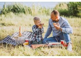 父亲带着儿子在公园野餐_5496278