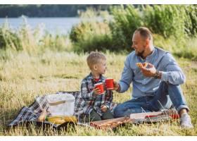 父亲带着儿子在公园野餐_5496279
