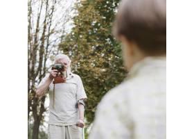 爷爷和孙子在户外拍照_5585561