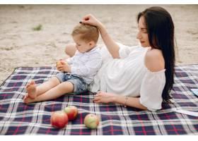 母亲和儿子在夏季公园里玩耍_5251291