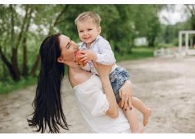 母亲和儿子在夏季公园里玩耍_5251299