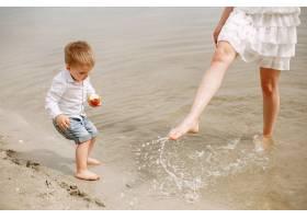 母亲和儿子在夏季公园里玩耍_5251302