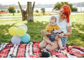 母亲和儿子在夏季公园里玩耍_5252754