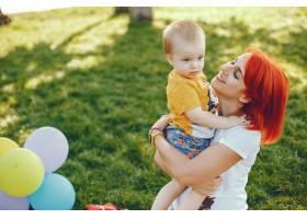 母亲和儿子在夏季公园里玩耍_5252756
