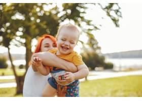 母亲和儿子在夏季公园里玩耍_5252760