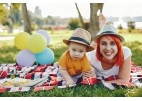 母亲和儿子在夏季公园里玩耍_5252763