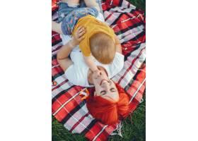 母亲和儿子在夏季公园里玩耍_5252769
