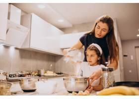 母亲和女儿一起在厨房烘焙_6213253