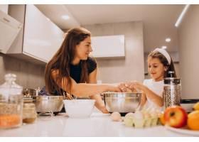 母亲和女儿一起在厨房烘焙_6213256