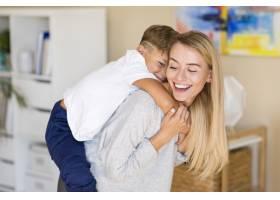 母亲和她的儿子在起居室里玩耍_6342174