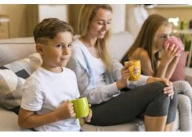 母亲和她的孩子们用杯子喝水_6321732