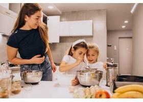母亲带着两个女儿在厨房烘焙_6213248