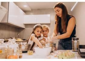 母亲带着两个女儿在厨房烘焙_6213261