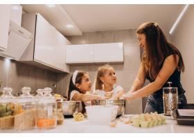 母亲带着两个女儿在厨房烘焙_6213262