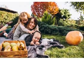 母亲带着两个孩子在后院野餐_5852307