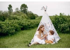 母亲带着儿子在夏日的田野里玩耍_5252217