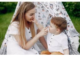 母亲带着儿子在夏日的田野里玩耍_5252218