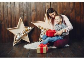母亲带着可爱的儿子庆祝圣诞节_5557891