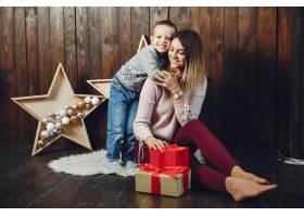 母亲带着可爱的儿子庆祝圣诞节_5557892