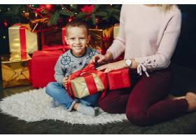 母亲带着可爱的儿子庆祝圣诞节_5557894