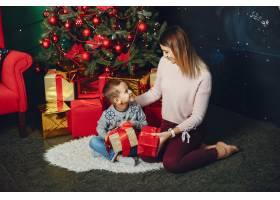 母亲带着可爱的儿子庆祝圣诞节_5557895