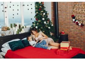 母亲带着可爱的儿子庆祝圣诞节_5557900