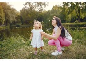 母亲带着女儿在夏季公园玩耍_5710967
