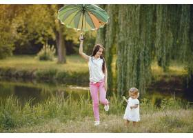 母亲带着女儿在夏季公园玩耍_5710970