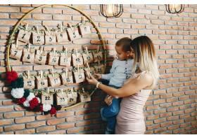 母亲带着可爱的儿子庆祝圣诞节_5557902