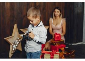 母亲带着可爱的儿子庆祝圣诞节_5557905
