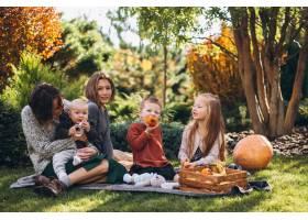 母亲带着四个孩子在后院野餐_5852283