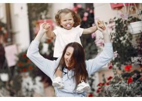 母亲带着女儿在夏城玩耍_5912600