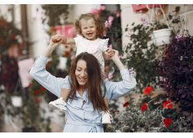 母亲带着女儿在夏城玩耍_5912603