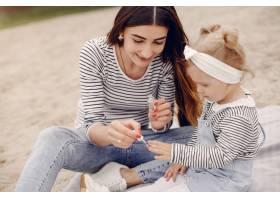 母亲带着女儿在夏季公园玩耍_5252666