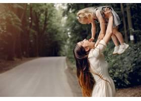 母亲带着女儿在夏季公园玩耍_5252800