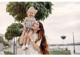 母亲带着女儿在夏季公园玩耍_5252804