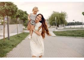 母亲带着女儿在夏季公园玩耍_5252805