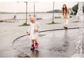 母亲带着女儿在夏季公园玩耍_5252816