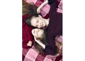 母亲带着女儿在夏季公园玩耍_5910851