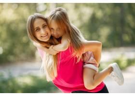 母亲带着女儿在夏季公园玩耍_5911560