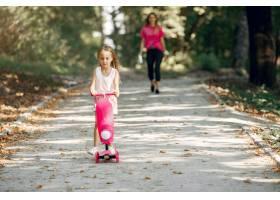 母亲带着女儿在夏季公园玩耍_5911563
