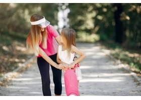 母亲带着女儿在夏季公园玩耍_5911574