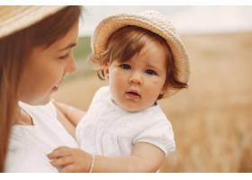 母亲带着女儿在夏日田野里玩耍_5557854