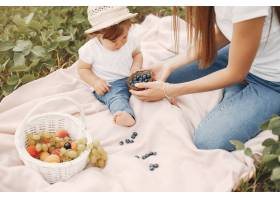 母亲带着女儿在夏日田野里玩耍_5557857