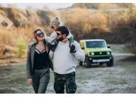 年轻的现代家庭开车旅行停下来在公园散步_6213771
