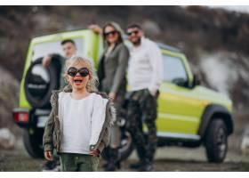 年轻的现代家庭开车旅行停下来在公园散步_6213794