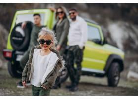 年轻的现代家庭开车旅行停下来在公园散步_6214068